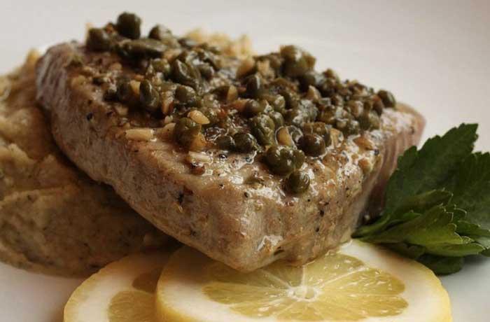 тунец на гриле с соусом из каперсов